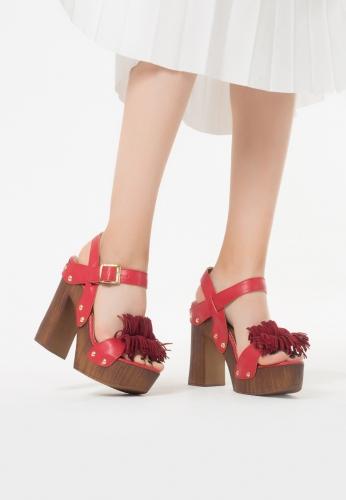 Kırmızı Püsküllü Kemerli Bayan Platform Topuk Ayakkabı