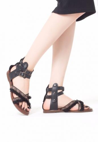 Siyah Püsküllü Bilekten Kemerli Bayan Sandalet Ayakkabı